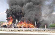 Aparatoso incendio del remolque de un camión en la A-2 en Sidamon