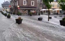 El Passeig dera Libertat de Vielha, inundado.