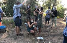 Algunos de los participantes ayer en la acción artística en la Vinya dels Artistes de Mas Blanch i Jové.