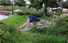 """Veïns denuncien incivisme i la """"deixadesa"""" dels espais públics"""