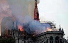 La aguja central de Notre Dame durante el incendio del pasado año.