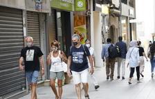 El uso de mascarilla ya es obligatorio, aunque haya distancia social. En la imagen, transeúntes ayer en el Eix Comercial de Lleida.