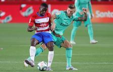 Azeez protegeix la pilota davant de l'assetjament de Kroos.