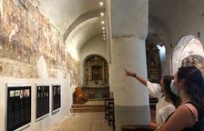Visitantes en la iglesia románica de Santa Eulària de Unha, que forma parte del Musèu dera Val d'Aran.