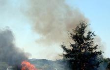 Un incendio quema un turismo y masa forestal al AP-2 en l'Albi