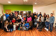 Fotografía de familia de los usuarios de las Llars del Seminari durante las fiestas navideñas.