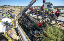 IMÁGENES | Espectacular rescate de un camionero que ha sufrido una salida de vía en Alcoletge