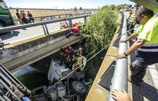 Rescaten un camioner després de caure al canal a l'A-2 a Alcoletge