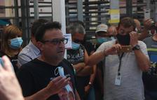 Un miembro de UGT, explicando ayer el acuerdo a trabajadores.