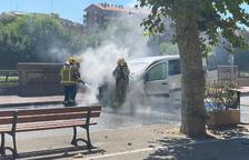 Un fuego calcina una furgoneta en la calle de la Banqueta de Balaguer