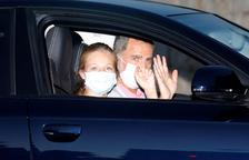Felipe VI y la infanta Eleonor, ayer, a su llegada al Palacio de Marivent, en el que pasarán sus vacaciones.
