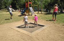 Zona de juegos infantiles en el Pla de l'Ermita de La Vall de Boí