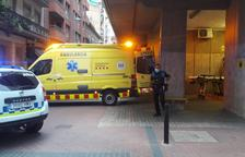 Una ambulancia, en la calle Comerç, trasladó al joven al hospital.