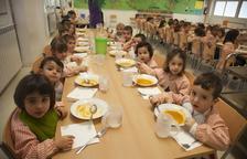 Alumnos en el comedor de la escuela Maria Mercè Marçal de Tàrrega el pasado curso.