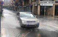 La pluja va fer acte de presència al migdia en algunes zona del pla. A la foto, un carrer de Tàrrega.