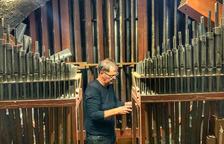Albert Blancafort, maestro restaurador de órganos, revisando el instrumento musical.