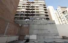 Mor una jove parella al precipitar-se al buit des d'un segon pis a l'avinguda Rovira Roure