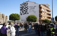 Més d'un centenar de persones de mobilitzen en suport a l'artista que denuncia