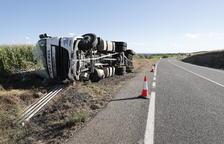 Un conductor herido al volcar su camión en la C-12 en Menàrguens
