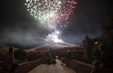 Sanaüja dispara su 38 castillo de fuegos sobre la fortaleza medieval del pueblo