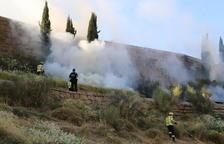 Els Bombers sufoquen un foc a la falda de la Seu Vella