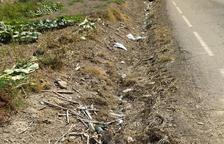 Menàrguens limpia los arcenes de basura y pide más civismo