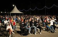 El público durante la actuación de Stay Homas en los Camps Elisis, sentados y con distancias.