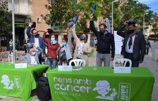 El jove David (centre) al costat d'altres participants a la festa i autoritats polítiques a la plaça.