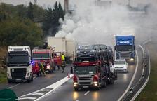 Colas kilométricas en la A-2 en el Pla al arder el remolque de un camión