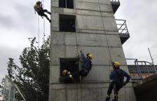 Prácticas de Bomberos de rescate en una zona urbana de Mollerussa