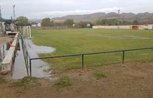 Grietas en el campo de fútbol de Alfarràs tras inundarse