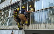 Atrapada en un balcó a Lleida per voler auxiliar la seua mare després de caure