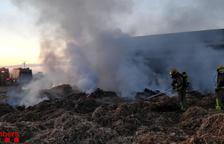 Aparatoso incendio de balas de paja en Tàrrega