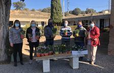 Montgai decora con flores 80 nichos y tumbas en la campaña 'Tothom recordat'