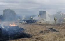 Arde la paja que transportaba un camión en Artesa de Segre