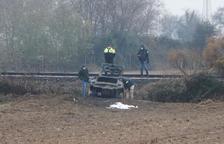 Mor un conductor després d'una sortida de via a la C-13 i xocar contra les vies del tren