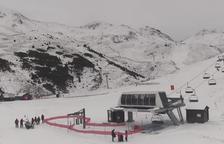 Els primers esquiadors estrenen la neu tot i el tancament de les pistes