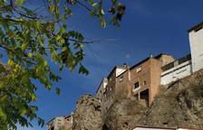 Ivars protege casas de la calle principal de las rocas de un talud