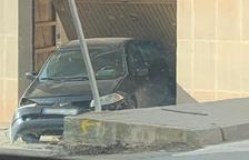 Un vehículo se empotra contra el garaje de una vivienda en La Fuliola