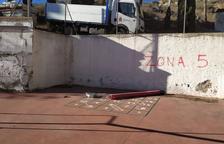 Destrosses al pati del col·legi i l'ermita de Torrent