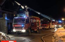 Un aparatós incendi calcina la teulada d'una casa a Vilamòs