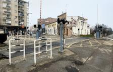 FGC renueva el paso a nivel del tren en el centro de Balaguer