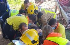 Greu un operari al caure-li una paret i quedar atrapat a Torrelameu