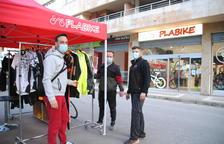 Comerciantes de Mollerussa instalan paradas ante sus tiendas para animar las rebajas