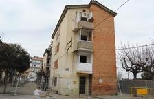 Trabajos para derribar el primer edificio del grupo Sant Isidori