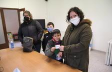 Una família de les Avellanes que ahir va anar a recollir la seua targeta per obrir els contenidors.