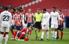 Luis Suárez s'aixeca després de rebre la trompada d'un contrari.