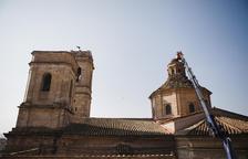 Retiran nidos de cigüeña de la iglesia de Aitona por peligrosos