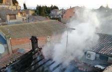 Un incendi crema la segona planta i la coberta d'una casa al Vilosell