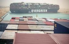 El Canal de Suez, sumido en el caos al bloquearlo un buque encallado